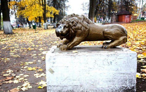 Скульптура «Лев» в парке Вышнего Волочка