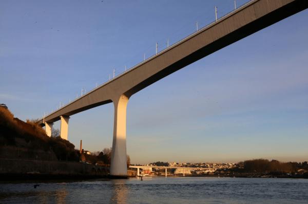 Вид на мост Понти-ду-Фрейшу в Порту