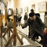 Ребёнок на выставке в музее Леонардо