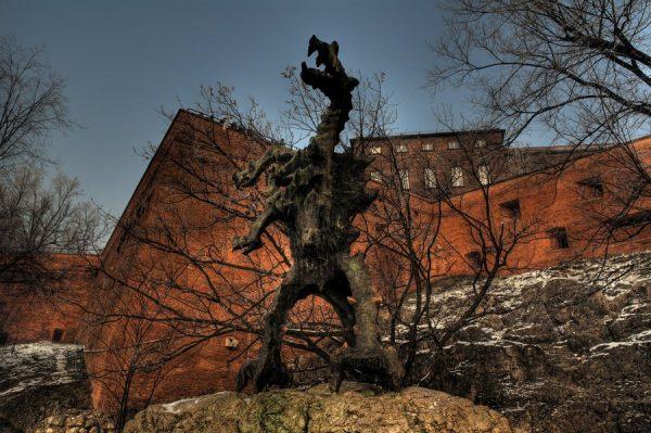 Скульптура дракона возле Вавельского замка