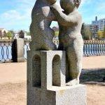 Скульптура «Мальчик с кошкой»