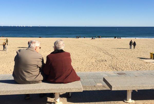 Пенсионеры на берегу моря