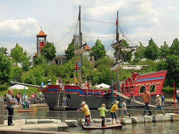 Корабль в детском парке «Плеймобиль»