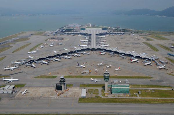 Самолёты возле терминалов в Международном аэропорту Гонконга с высоты птичьего полёта