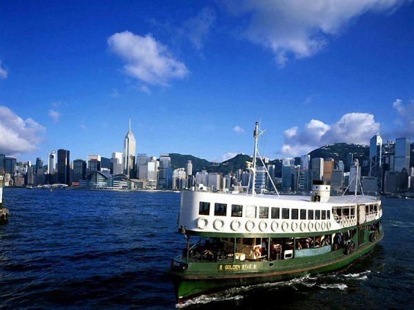 Паром «Стар Ферри» идёт из Гонконга по морю