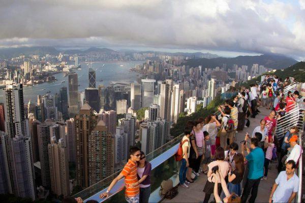 Туристы на смотровой площадке Пика Виктория в Гонконге