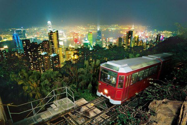 Трамвай-фуникулёр поднимается к Пику Виктория на фоне ночного Гонконга