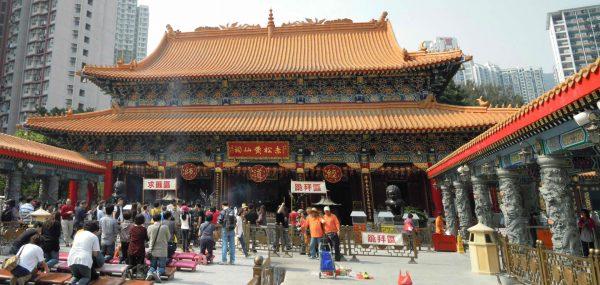 Верующие и туристы у подножия храма Вонг Тай Син в Гонконге