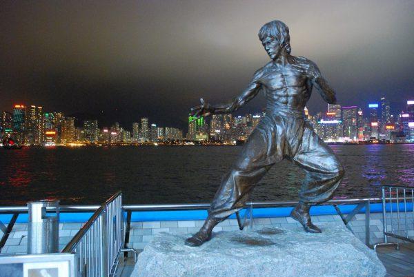 Статуя Брюса Ли на Аллее Звёзд в Гонконге на фоне ночных огней