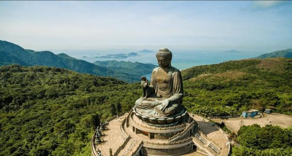 Статуя Большого Будды в Гонконге с высоты птичьего полёта летом
