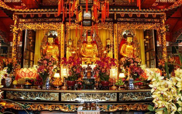 Статуи Будды в монастыре По Лин