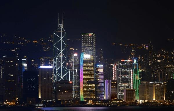 Башня Банка Китая ночью на фоне других небоскрёбов