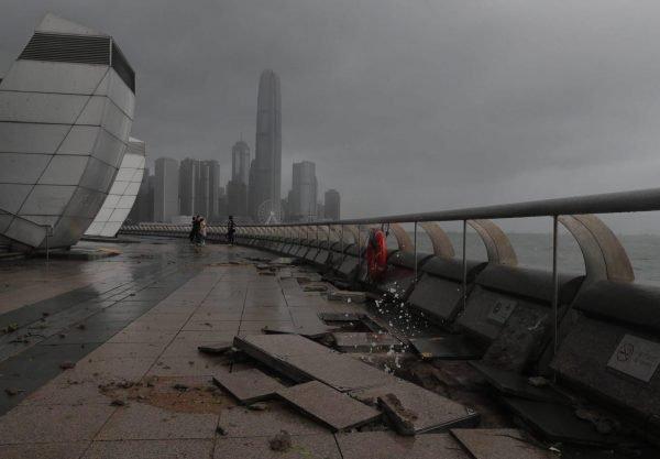 Разрушенная плитка на набережной Гонконга после тайфуна