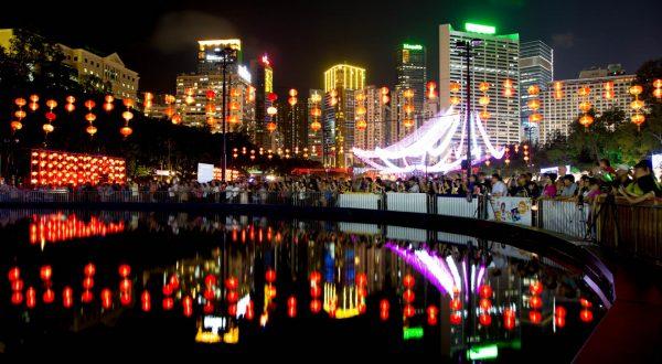 Уличные фонарики ночью в Гонконге во время праздника середины осени