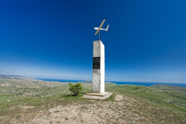 Монумент с планером на горе Узун-Сырт