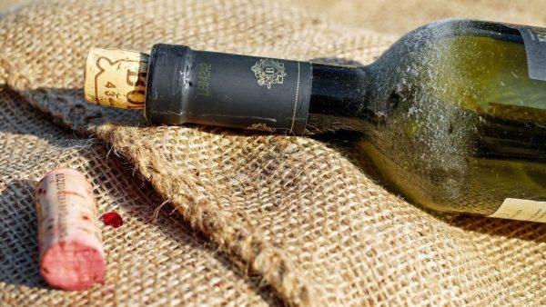 Бутылка вина и пробка, лежащая рядом