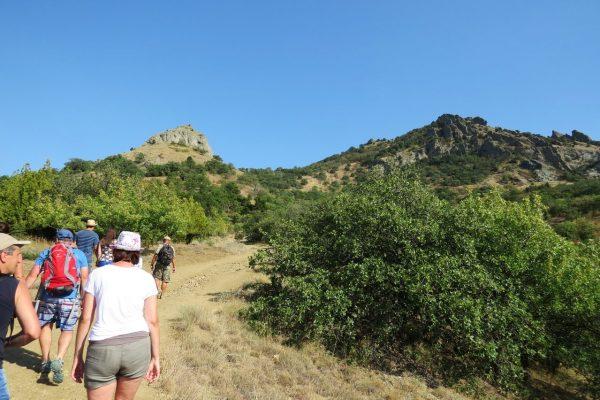 Группа туристов идёт в гору