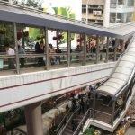 Уличный эскалатор Гонконга на фоне обычной пешеходной улицы