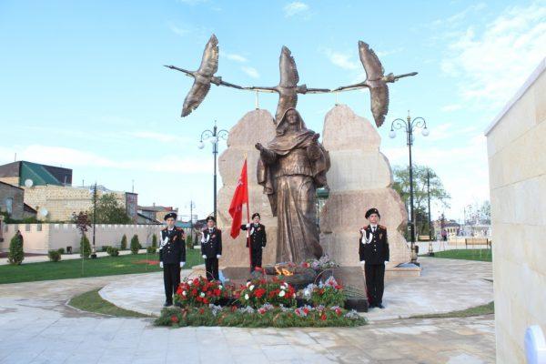 Мемориал «Скорбящая мать» в Дербенте