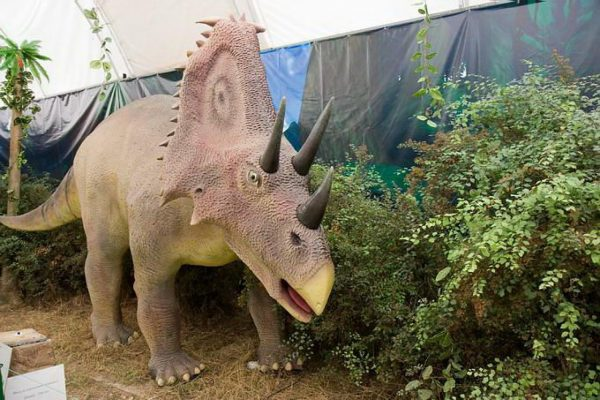 Фигура динозавра в динопарке