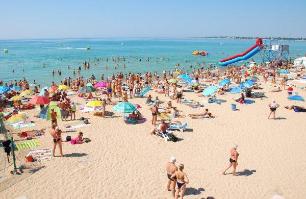 Люди на пляже Евпатории