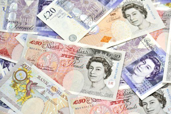 Банкноты фунтов стерлингов разного достоинства
