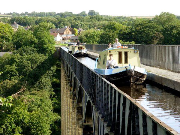 Катера с пассажирами плывут по каналу акведука Понткисиллте