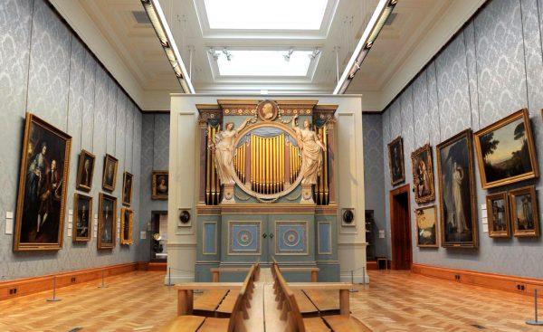 Картины на стенах галереи в Национальном музее Кардиффа