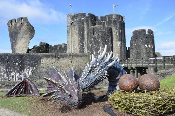 Фигуры каменных драконов у входа в замок Кайрфилли