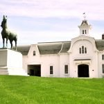 Здание конной фермы и памятник лошади