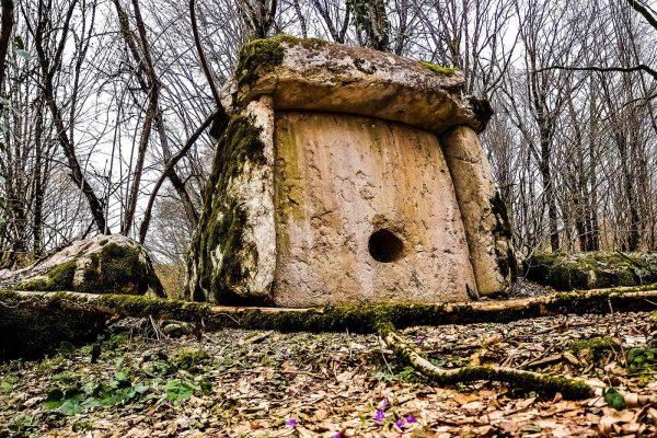 Азантский дольмен в Абхазии