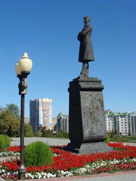 Бронзовый памятник Бунину И. А. в Орле