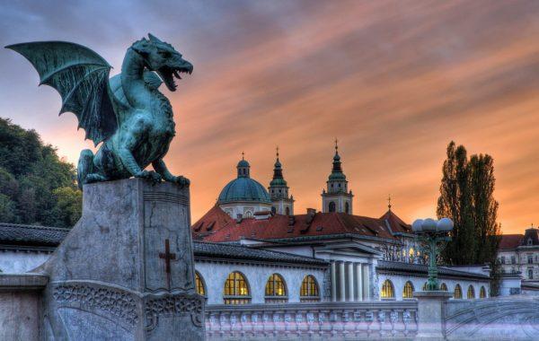 Статуя дракона на мосту