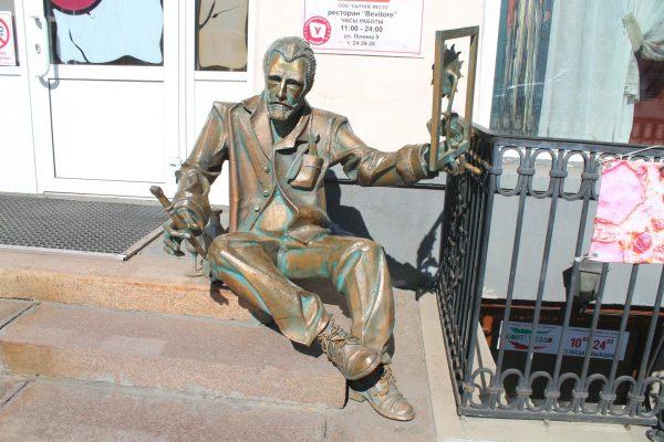 Памятник Ван Гогу, Омск