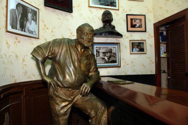 Памятник Хэмингуэю в баре El Floridita