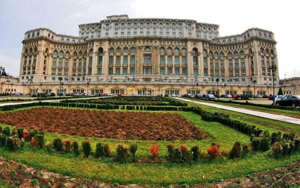 Здание дворца парламента в Бухаресте