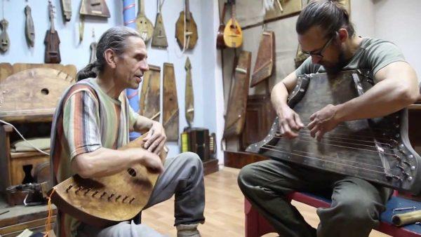 Двое мужчин играют на необычных музыкальных инструментах