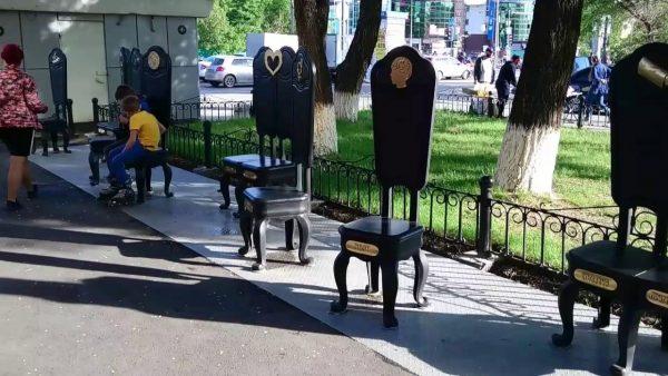 Памятник 12 стульев желаний, Тюмень