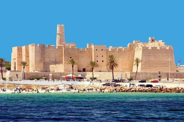 Здание замка-крепости на берегу моря в Тунисе