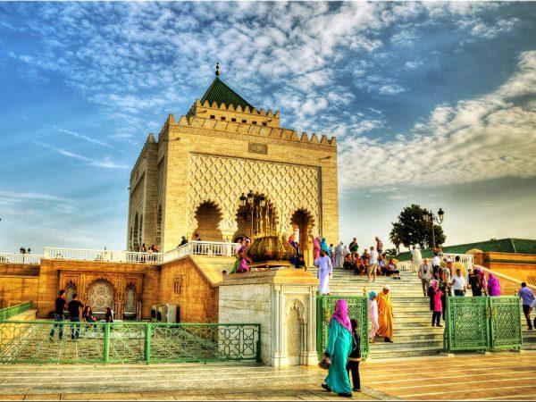 Мужчины и женщины возле храма в Марокко