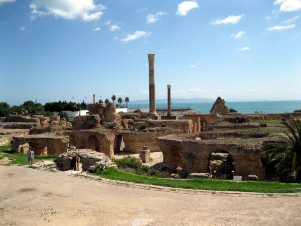 Древние развалины Карфагена на фоне моря