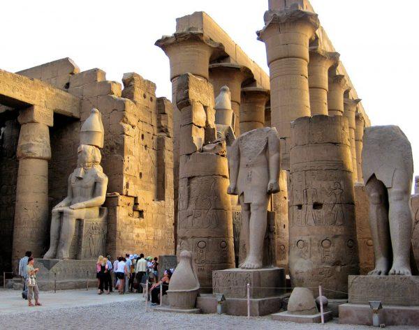 Туристы осматривают колонны и статуи Луксорского храма