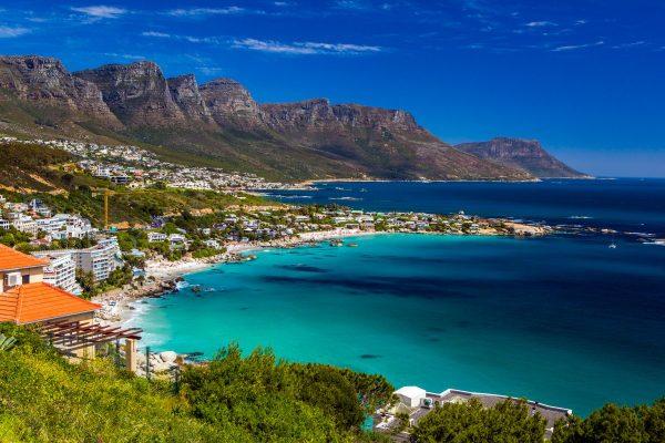 Побережье с застройками на фоне гор в ЮАР