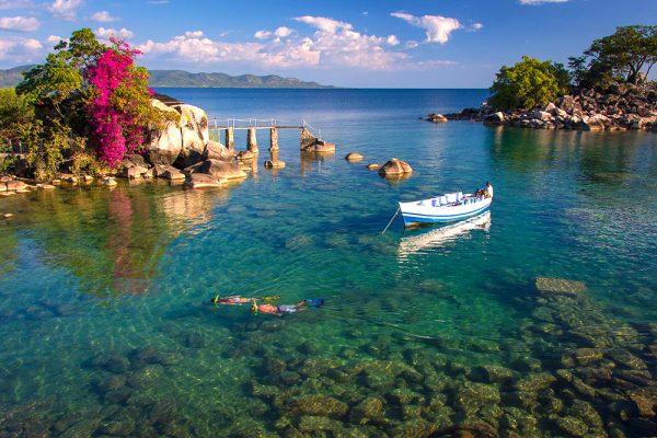 Лодка в прозрачных водах озера Малави