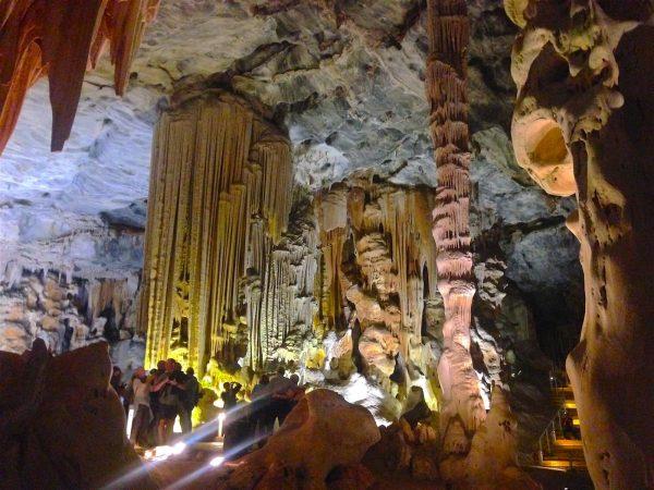 Туристы в пещере Канго