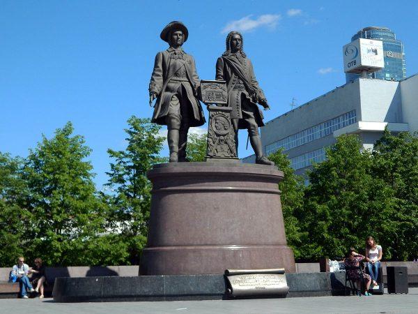 Памятник Татищеву и де Геннину на Урале