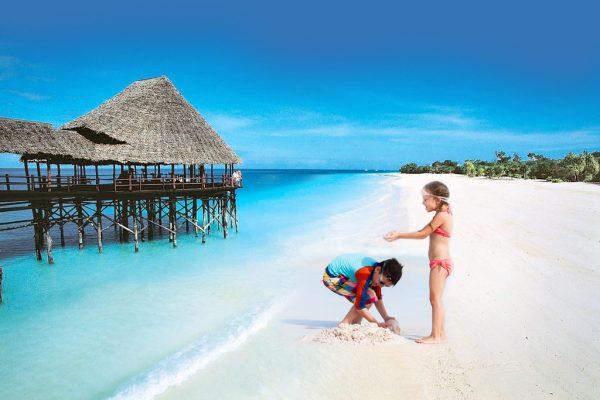Дети играют на пляже Занзибара
