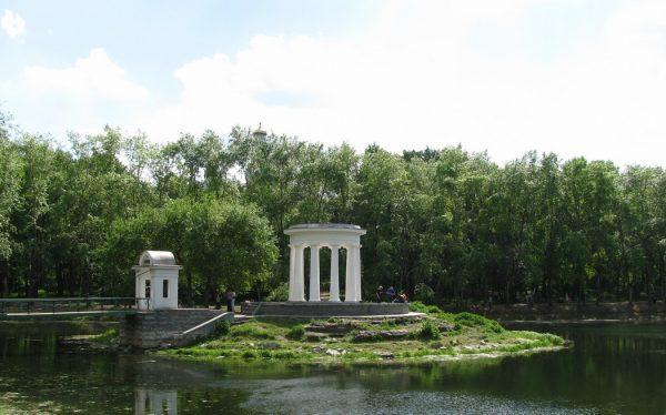 Ротонда на озере в Харитоновском саду Екатеринбурга