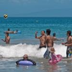 Парни играют в волейбол в воде