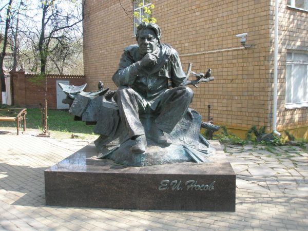 Памятник Евгению Носову, Курск
